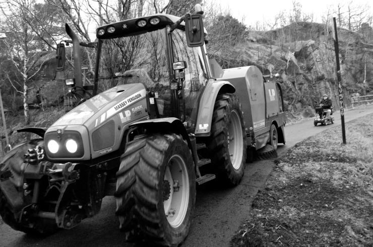 Vi bildade en nätt liten kortege man troligtvis bara kan se i Gårdsten: en traktor, en permobil och en Bromptoncyklist i Tweed-hjälm.