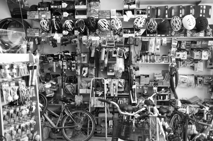 Innan sammanträdet smet jag in på DP:s Fritidsshop på Karl Johansgatan och köpte några lagningslappar och en extra slag till cykelkärran.