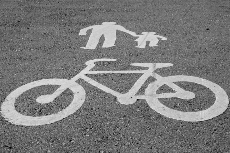 Både på Hisingen och i Mölndal blandas cyklister och gående på ett olämpligt sätt medan bilarna hela tiden har fritt spelrum.