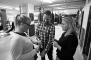 Elin Engström och Hans Linde diskuterar hemmagjorda hopprep med Helga Valdimarsdottir, ABC.