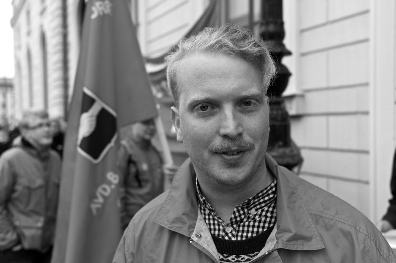 Kommunalaren och tillika partikamraten Gustav Landström var på plats för att protestera utanför kommunfullmäktige.