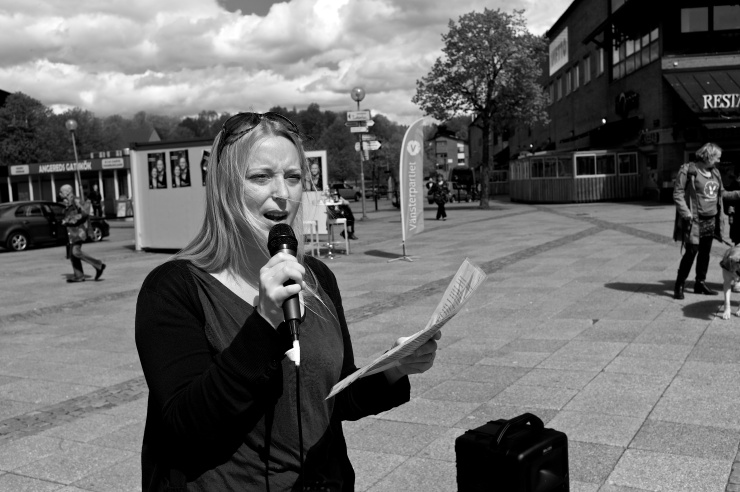 Amanda Kappelmark, boende i Frölunda och ledamot i distriktsstyrelsen,  höll premiärtalet vid valstugan.