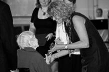 Greta tar emot priset av kommunfullmäktiges ordförande Lena Malm.