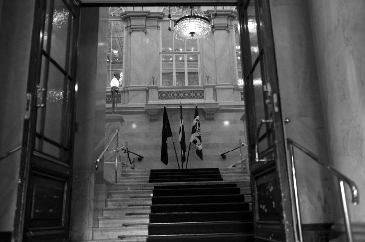 Fanborg i entrén till fullmäktigesalen.