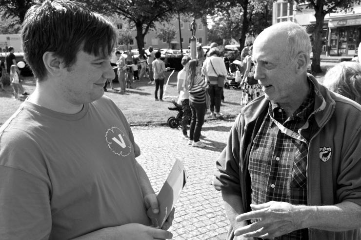 Jonas Kårlin i samspråk med en entusiastisk väljare.