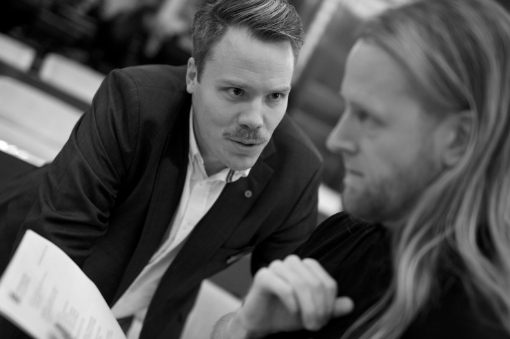 Daniel Bernmar (V) i samspråk med Johan Zandin (V).