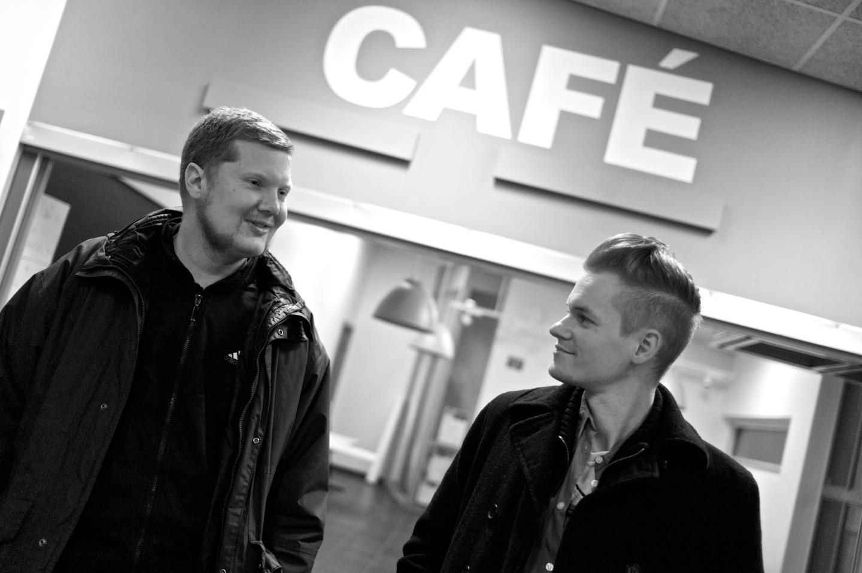 Patrik Helgesson och Joakim Medin utanför Sjumilahallens café.