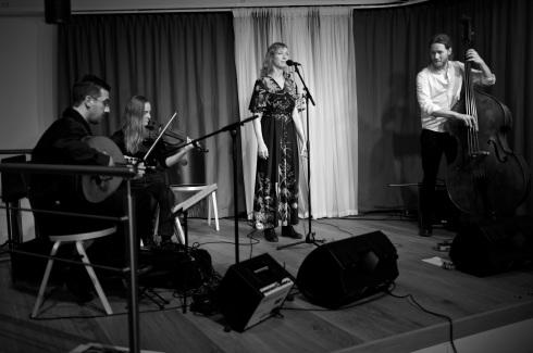 Myst består av Ahmad Al Khatib, oud, Sara Nilsson, fiol, Martin Holmlund, kontrabas, Eva Rune, sång.