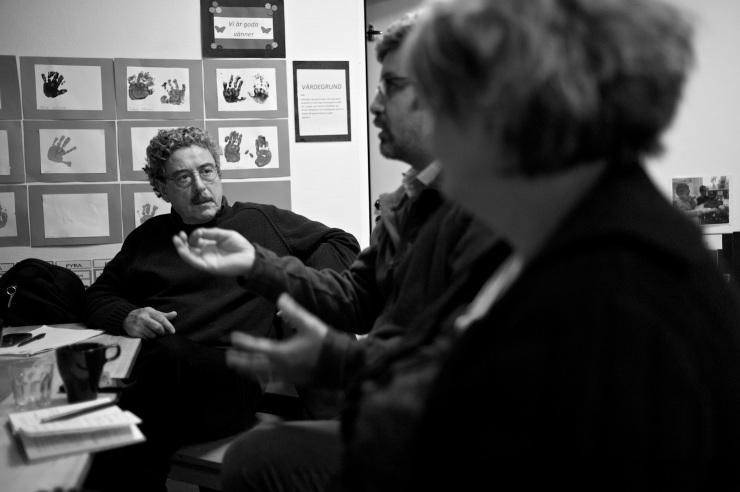 Alejandro beskriver skolsituationen i Hammarkullen. Luis och Yvonne lyssnar.