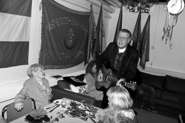 Mikael Wiehe kom förbi och sjöng för Greta.