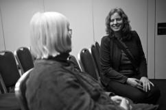 Emma Wallrup i samtal med regionrådet Eva Olofsson.