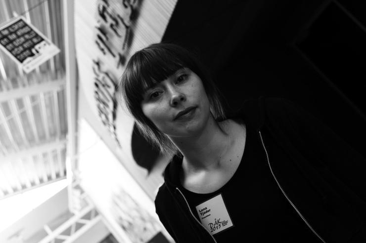 Lena Tjäder utanför Angereds teater på Blå Stället