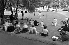 I år höll vi till under träden på gräsmattan i själva fredslunden.