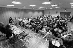 """Seminariet """"Vi bryr oss om våra hem"""". Åse Richard från hyresgästföreningen i Uppsala, som engagerade sig i proteststormarna mot hyresvärden när de ville höja hyrorna efter renoveringarna i området Gränby, och Daniel Carlenfors som driver den ideella föreningen Alla ska kunna bo kvar, Pennypodden och aktiv i Nätverket Pennygångens Framtid, samtalar under ledning av Nooshi Dadgostar, Vänsterpartiets bostadspolitiska talesperson. Fotograf: Jöran Fagerlund."""
