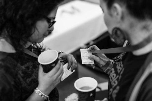Pausernas kärnverksamhet: dricka kaffe och jämföra seminarieprogram. Fotograf: Jöran Fagerlund.