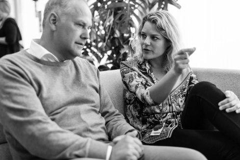 Jonas Sjöstedt samtalar med Johanne Schmidt-Nielsen, politisk ordförande för danska Enhedslistan. Fotograf: Jöran Fagerlund.