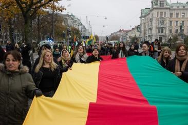 Kvinnor i ledningen i Kobane och kvinnor i täten på demonstrationen.