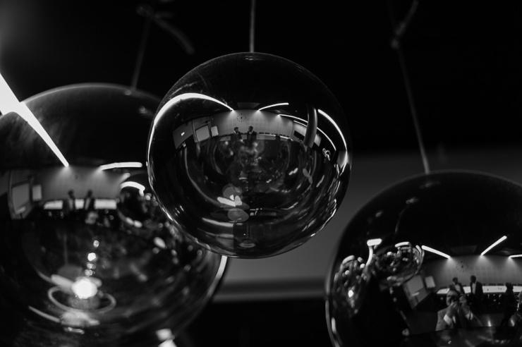 Spektakulära lampor i konferenslokalen.