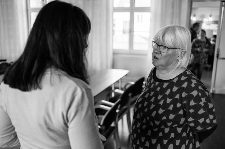 Eva Olofsson, regionråd, i diskussion med ett av ombuden i representantskapet.