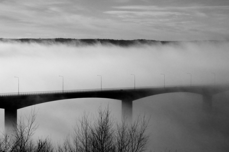 Angeredsbron i dimma. • The bridge of Angered in fog.