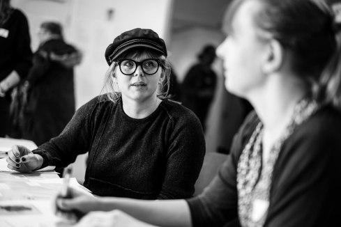 Sanna och Annika registrerar ombud och ser till att alla får röstkort.