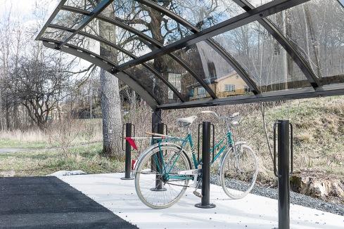 I stannum finns en fin pendelparkering för cyklar intill busshållplatsen och den långa cykelbanan på den ombyggda banvallen.