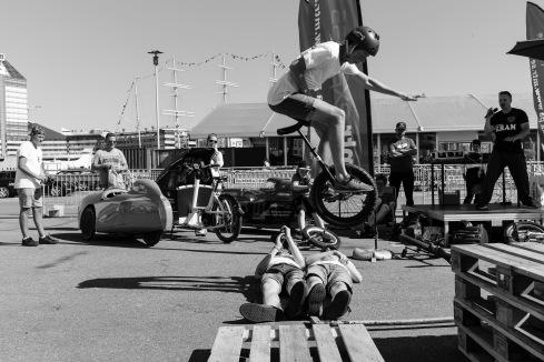 Guys without limits hoppade enhjuling över varandra.